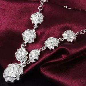 🎀Stunning 925 Flower Shape Necklace